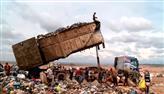 Crianças que arriscam a vida em lixão sonham poder estudar e vencer na vida