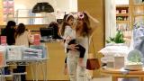 Grazi Massafera passeia com a filha Sophia no shopping