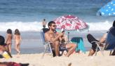 Chay Suede curte dia na praia após anunciar fim do noivado com Laura Neiva
