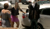 Vendedora pede ajuda e faz pedestre levar susto com manequim sem cabeça