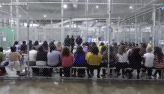 Trump cede a pressões e assina ordem para evitar separação de famílias