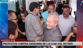 Manifestantes fazem protestos contra caravana de Lula no RS