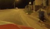 Jovem tenta fugir e se livrar das drogas ao se deparar com viatura