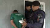 Traficante é preso após ser encontrado com cocaína e arma em chácara