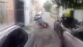Jovem em fuga com parceiro em moto provoca polícia: