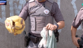 Homem é autuado e polícia encontra drogas em bola de futebol