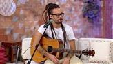 Gabriel Elias demonstra no violão diferenças entre reggae, ska e surf music