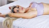 Vanessa Mesquita coloca piercing íntimo