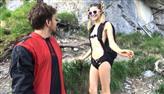 Mulher faz salto de base jump vestindo apenas paraquedas