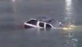Carro da Polícia Civil cai em canal no Rio de Janeiro