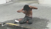Calor faz morador de rua tomar banho com água de esgoto em São Paulo