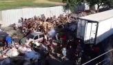 Caminhão com carne é saqueado por multidão no RJ; veja o vídeo