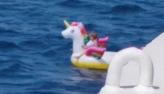 Menina de 4 anos à deriva em boia de unicórnio é resgatada a 800 m da costa