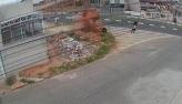 Jovem bate moto em monte de terra, é arremessado e gira duas vezes no ar