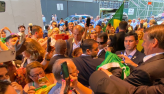Bolsonaro é recebido por apoiadores e posa para fotos
