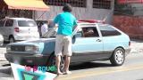 Flanelinha folgado reclama da caridade do motorista