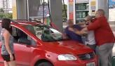 Frentista deixa clientes de posto furiosos com atendimento