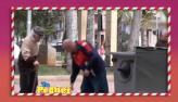 Pedestre leva extintor na cara ao ajudar velhinho com lixo no ch�o