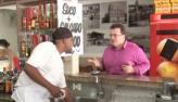 Cliente de lanchonete cospe suco salgado e fica irritado