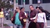 Homem 'cego' faz pedestre de bobo