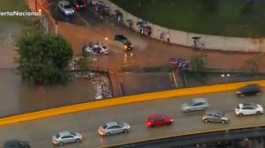 Imagens aéreas mostram carros submersos em alagamento em Jandira
