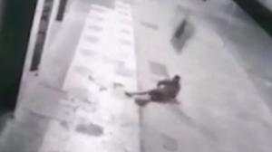 Ladrão cai do segundo andar e é atingido por TV que roubou em BH