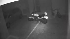 Moto anda sozinha em garagem de condomínio em Londrina (PR)