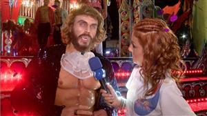 Repórter galã estreia no Carnaval com tanquinho de tirar fôlego de famosas