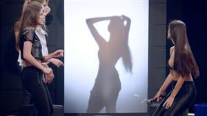 Modelos se enfrentam na assustadora 'Cadeira Elétrica'