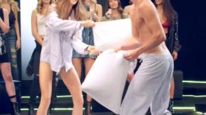 """Modelos se enfrentam no colchão na """"Festa do Pijama"""""""