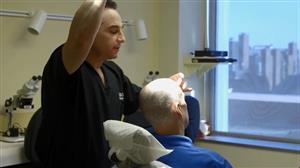 Dr. Craig muda visual de paciente com restauração capilar