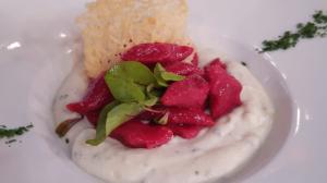 Aprenda a preparar nhoque de beterraba e ravioli de gema