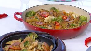 Edu Guedes ensina como preparar receitas variadas de yakisoba