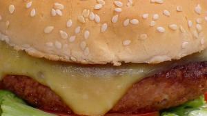 Edu Guedes relembra receitas de hambúrguer vegetariano e queijadinha