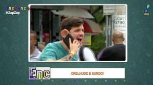 Caio Orelha dá susto nas pessoas com telefone