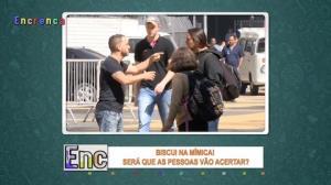 Biscui tenta se comunicar por mímica e confunde as pessoas na rua