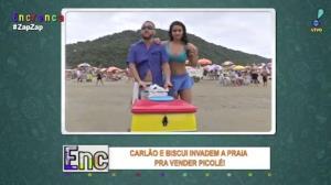 Carlão faz picolé e invade praia junto com Biscui