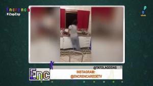 Bunda no chão! Moça leva tombo ao dançar lavando a louça