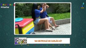 Carlão distribui cantadas vendendo picolé