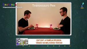 Hilário! Homem imita animais e atrapalha jantar do amigo