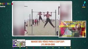 Pai e filho dão aula de ginástica na praia