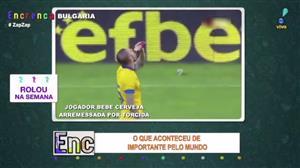 Jogador de futebol bebe cerveja arremessada por torcida dentro de campo