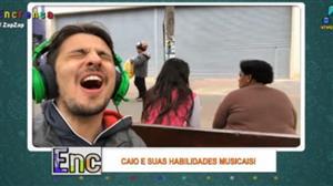 Caio comprova que não tem habilidade nenhuma para cantar