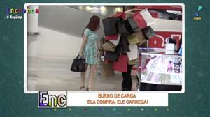 Marido carrega dezenas de sacolas e esposa ainda reclama