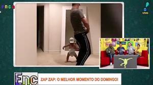 Pai e filho mostram o maior gingado na frente do espelho