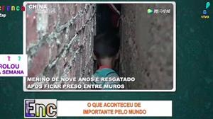 Menino de nove anos é resgatado após ficar preso entre muros