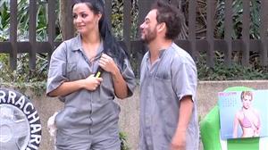 Carlão deixa marmanjos sem jeito com 'cantadas de mecânico'