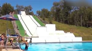 Tobogã sensacional faz galera entrar 'maluca' na piscina