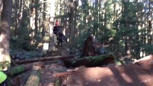 Ciclista voador tenta imitar cena do filme E.T. e se dá muito mal