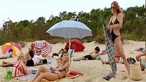 Loira folgada se mostra demais na praia e causa a fúria das invejosas